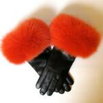 Skindhandske med pelskant af orange farvet ræv.
