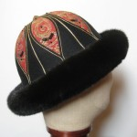 Pelshat med broderet pul med pelskant af mink. Samarkand har stort udvalg af pelshatte og pelshuer.