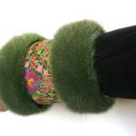 Muffedisser, håndledsvarmer med eksklusivt broderi og pels.