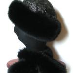 Pelshat / pelshue, syet i hel uld med uld - silke brokade . Pelskant i sortfarvet ræv.