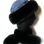 Pelshat / pelshue, syet i hel uld med silke brokade . Pelskant i sortfarvet ræv.
