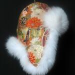 Pelshat_pelshue i Japansk Obi silke med hvid ræv. Stort udvalg af pelshatte hos Samarkand