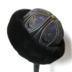 Pelshat håndbroderet med pelskant af mink. Samarkand har stort udvalg af pelshatte og pelshuer.